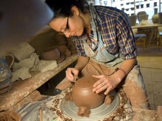 účastnice kurzu Veronika obtáčí výrobek