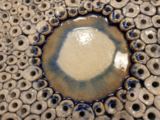 mísa; autor: Iva Vyhnálková (absolventka keramického kurzu); rok výroby: podzim 2018; teplota výpalu: 1180 °C; materiál: hlína FL , oxid kobaltu, bílá glazura PW141, skleněná drť